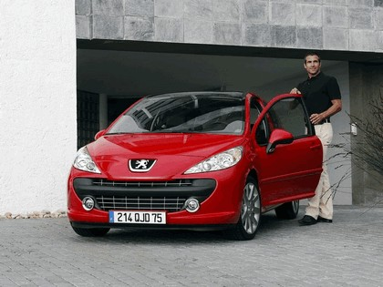 2006 Peugeot 207 3-door with panoramic sunroof 1