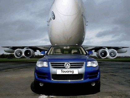 2006 Volkswagen Touareg V10 TDI tows Boeing 747 2