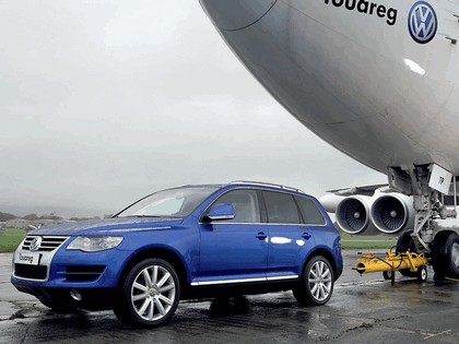 2006 Volkswagen Touareg V10 TDI tows Boeing 747 4