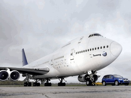 2006 Volkswagen Touareg V10 TDI tows Boeing 747 7