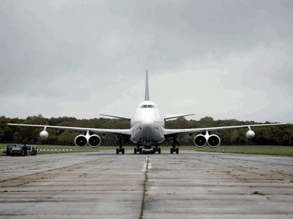 2006 Volkswagen Touareg V10 TDI tows Boeing 747 8
