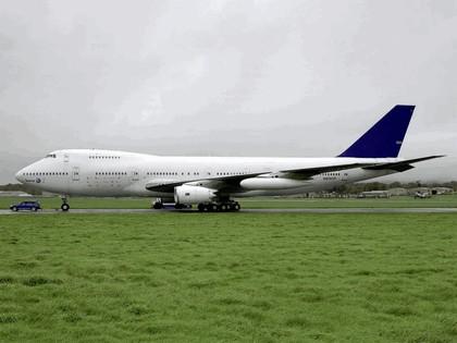 2006 Volkswagen Touareg V10 TDI tows Boeing 747 9