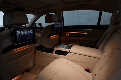 2015 BMW 750Li xDrive with Design Pure Excellence 10