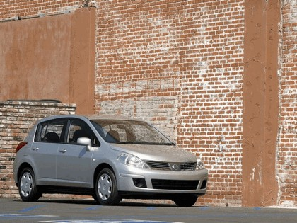 2007 Nissan Versa hatchback 7