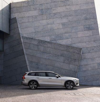 2018 Volvo V60 Cross Country 19