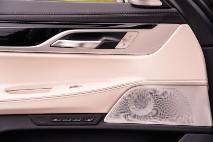 2020 BMW 750i xDrive M Sport - UK version 15