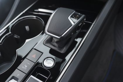 2021 Volkswagen Touareg R eHybrid - UK version 100