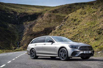 2021 Mercedes-Benz E 300 de Estate - UK version 30