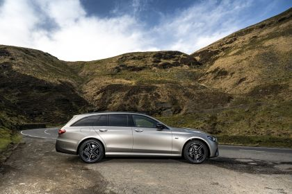 2021 Mercedes-Benz E 300 de Estate - UK version 34