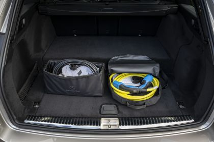 2021 Mercedes-Benz E 300 de Estate - UK version 43