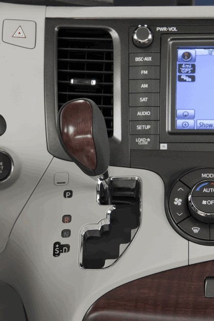 2010 Toyota Sienna SE 17