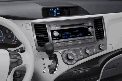 2010 Toyota Sienna LE 32