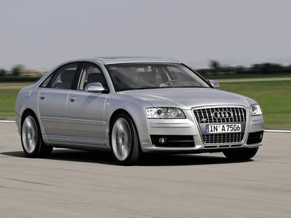2005 Audi S8 23