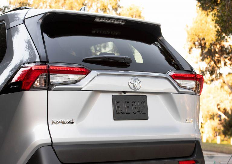 2019 Toyota RAV4 XLE FWD - Silver sky metallic 520805